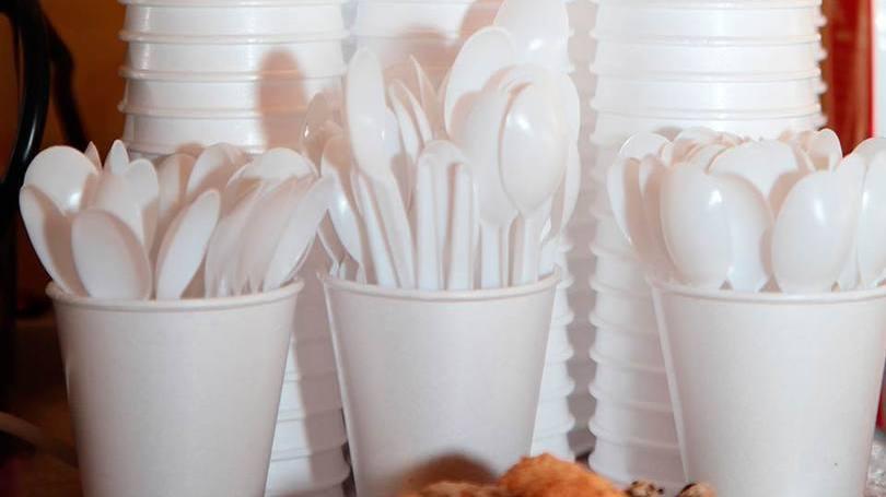 França proíbe venda de copos e pratos plásticos descartáveis