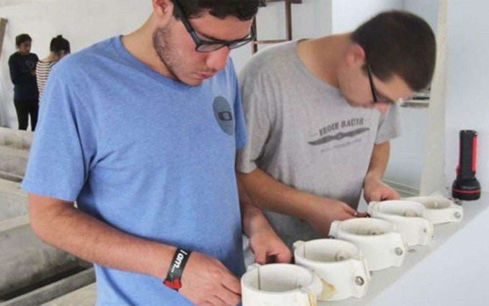 Estudiantes de Cornell em Honduras Image caption As usinas fornecem água potável a mais de 60 mil pessoas em Honduras